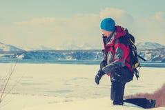 用冰盖的海湾岸的远足者 免版税图库摄影