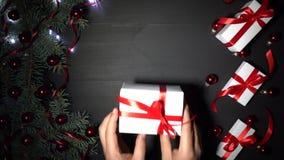 用冷杉分支装饰的黑木头Xmas背景 用中看不中用的物品红色五彩纸屑和淡光的光装饰的杉木 影视素材
