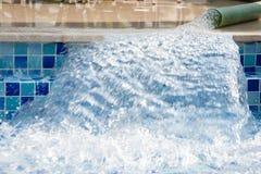 用净水填装游泳池 免版税库存照片
