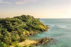用凉快,温暖的阳光观看海风景 免版税库存图片