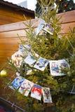 用减速火箭的明信片装饰的圣诞树 免版税图库摄影