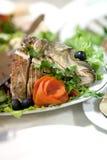 用切片装饰的鱼黄瓜、红萝卜和橄榄 免版税库存照片