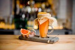用切片装饰的鸡尾酒在一个特别木立场的干桔子 免版税库存图片