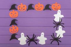用南瓜、帽子、鬼魂和蜘蛛不同的纸剪影的万圣夜圆的框架  免版税图库摄影