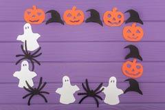 用南瓜、帽子、鬼魂和蜘蛛不同的纸剪影的万圣夜圆的框架  免版税库存照片