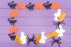 用南瓜、猫、鬼魂和蜘蛛不同的纸剪影的万圣夜圆的框架与秋叶 库存照片