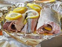 用卤汁泡在烘烤前的鱼 免版税库存照片