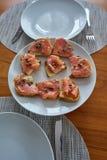 用卤汁泡的三文鱼多士与板材用雀跃 库存照片