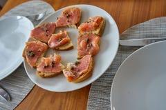 用卤汁泡的三文鱼多士与板材用雀跃 免版税库存图片