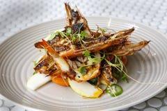 用卤汁泡的巨型大虾用狂放的火箭梨&巴马干酪沙拉( 库存照片