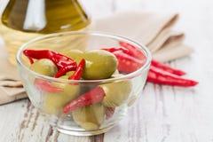 用卤汁泡的橄榄用炽热辣椒 免版税库存照片