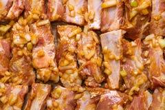 用卤汁泡的猪排准备好烤 免版税库存图片