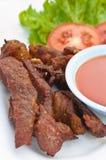 用卤汁泡的猪肉油煎了大蒜,吃用番茄酱 库存照片