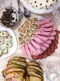 用卤汁泡的蘑菇,被充塞的鸡蛋,火腿卷,充塞了鸡假日家庭晚餐 库存图片