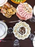 用卤汁泡的蘑菇,被充塞的鸡蛋,火腿卷,充塞了鸡假日家庭晚餐 免版税库存图片