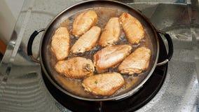 用卤汁泡的鸡翼烹调在热的平底锅油煎了 库存图片