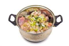 用卤汁泡肉用香料和葱在罐在whi 库存图片