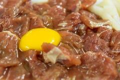 用卤汁泡从鸡蛋或卵黄质的肉烤肉或sukiyaki的 库存图片