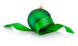 用卷曲的丝带盖的绿色圣诞节中看不中用的物品被隔绝 免版税图库摄影