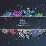 用发光的雪花装饰的圣诞卡 新年快乐贺卡,传染媒介例证 免版税库存照片