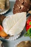 用可食的金黄亮光装饰的白色巧克力叶子 免版税库存图片