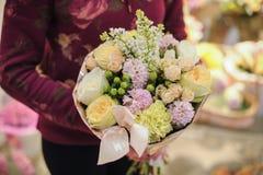 用叶子装饰的桃红色花花束  库存图片