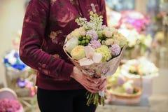 用叶子装饰的桃红色花花束  图库摄影