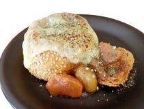 用咖哩粉调制在面包小圆面包里面的汤用熔化乳酪 免版税库存照片