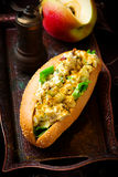用咖喱粉烹调的鸡丁沙拉三明治 免版税库存照片
