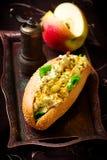 用咖喱粉烹调的鸡丁沙拉三明治 库存图片