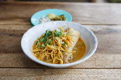 用咖喱粉烹调的鸡汤面著名食物在泰国 图库摄影