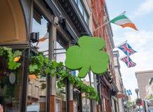 用圣的Patricks D三叶草装饰的爱尔兰客栈外部 免版税库存照片