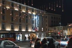 用圣诞灯装饰的夜街道 库存照片
