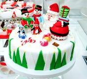 用圣诞老人装饰的圣诞节蛋糕,雪人,企鹅 图库摄影