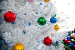 用圣诞节球装饰的圣诞树 库存照片