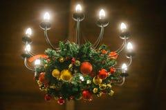 用圣诞节花圈装饰的枝形吊灯 免版税库存照片