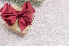 用圣诞节装饰品和冷杉装饰的圣诞快乐卡片 免版税图库摄影