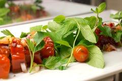 用在一块白色板材的新鲜蔬菜充塞的甜红辣椒 免版税库存图片