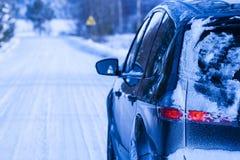 用在一条危险路的雪盖的汽车。 库存图片