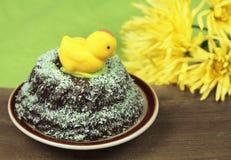 在蛋糕的小杏仁饼鸡 免版税库存照片