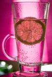 水用在俱乐部的柠檬 免版税库存照片