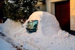 用在冬天飞雪的雪盖的车 库存照片