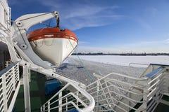 从用在圣彼德堡海口的冰和从一艘船的一艘救生艇盖的芬兰湾的看法在前景 俄国 库存图片