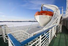 从用在圣彼德堡海口的冰和从一艘船的一艘救生艇盖的芬兰湾的看法在前景 俄国 图库摄影