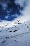 用在埃特纳火山的雪盖的熔岩火山口 库存照片
