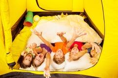 用在帐篷的毯子报道的五个孩子位置 免版税库存图片