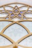 用在扎耶德与蓝天的Grand Mosque回教族长的金黄几何形式装饰的玻璃窗早晨在阿布扎比,阿拉伯联合酋长国 免版税库存照片