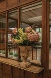 用在架子的花装饰的花瓶在一个老大厦,在布鲁塞尔 免版税库存图片