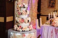 用在桌上的花架装饰的多重婚宴喜饼 吃,甜点和点心的概念在党 免版税库存图片