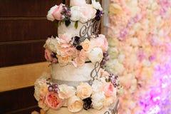 用在桌上的花架装饰的特写镜头多重婚宴喜饼 吃,甜点和点心的概念在a 免版税库存照片